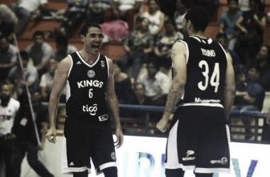 El paraguayo Martínez y Anthony Young, dos conocidos de la Liga Nacional, festejaron con Olimpia. Foto: FIBA