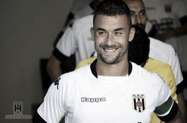 Javi Chino sonriente antes de saltar al terreno de juego | Foto: Mérida AD
