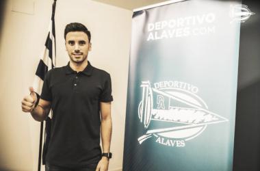 Javi Muñoz en su presentación con el Alavés. / Foto: Deportivo Alavés