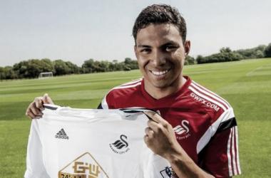 El ecuatoriano Jefferson Montero ya posa con su nueva camiseta. (Swansea City)