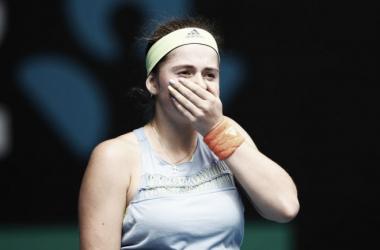 Jelena Ostapenko con gesto serio durante un partido en Melbourne. Foto: zimbio.com