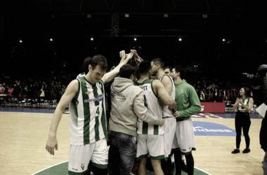 Equipo en el centro del campo al finalizar un partido. (Foto vía Sitio Web Real Betis EPlus)