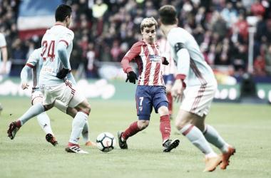 Antoine Griezmann conduce el balón ante los jugadores del Celta || FOTO: Club Atlético de Madrid.