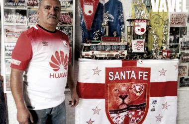 Jhon trabaja el hierro forjado, en su taller hay un rincón especial para su Santa Fe del alma. | Foto; Sebastián Areiza- VAVEL Colombia