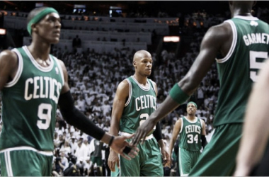 Rajon Rondo (9), Ray Allen (20, Paul Pierce (34) y Kevin Garnett (5). | Fotografía: Jim Davis / Boston Globe