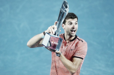 DImitrov posa con el trofeo de ganador de Brisbane 2017. Foto: Zimbio