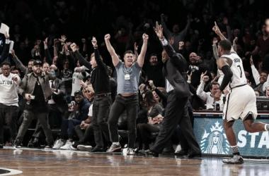 Joe Johnson celebra su triple ganador (Fuente: NBA)