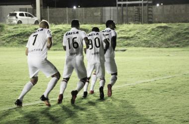 Denílson e companheiros comemorando o gol (Foto: Divulgação/Vitória)