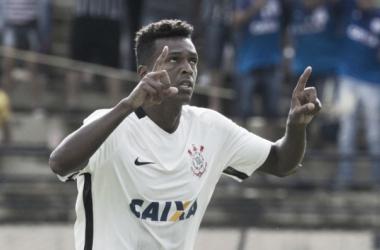 """Depois de gol irregular, Jô se defende """"Se tivesse sentido tocar no braço, teria falado"""""""