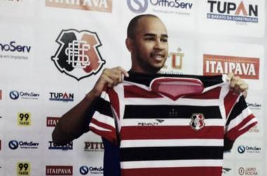 """""""Vou tentar jogar o meu máximo aqui no Santa Cruz"""", disse o lateral-direito João Carlos (Foto: Divulgação/Santa Cruz)"""