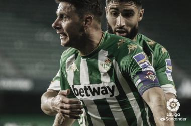Joaquín celebra un gol junto a Nabil Fekir en el Real Betis-Real Sociedad.Foto: LaLiga Santander.