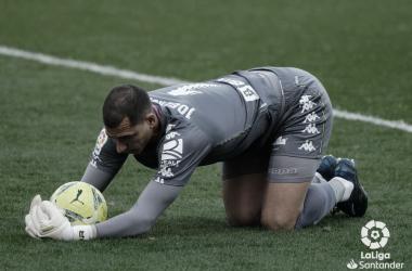 Joel Robles atrapa un balón en el Cádiz - Real Betis. Foto: LaLiga Santander.