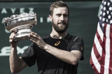 Johnson posa con el título de campeón logrado en 2017. Foto: ATP World Tour