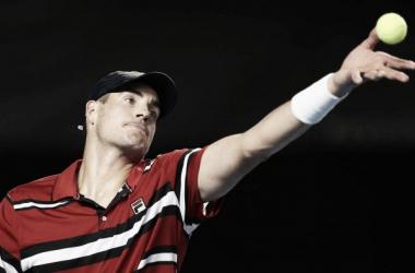 Isner focou-se no serviço para vencer a partida. (Foto: ATP/Divulgação)
