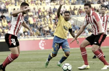 Disputa de balón entre jugadores de Athletic Club y UD Las Palmas | Foto: udlaspalmas.es