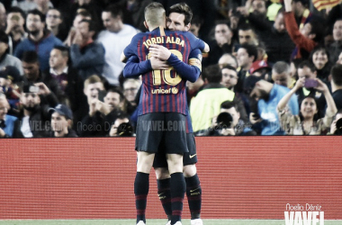 Jordi Alba abrazando a Leo Messi. FOTO: Noelia Déniz