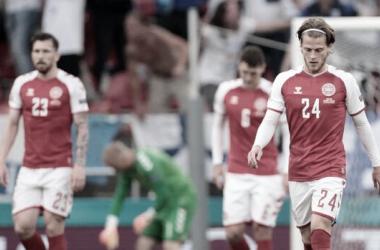 jugadores daneses deprimidos después de la derrota. / Foto: DBU.
