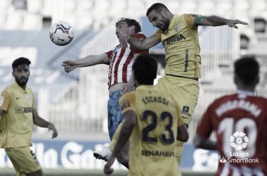 David Lombán en un rechace ante Juande y Escassi. / Foto: LaLiga.