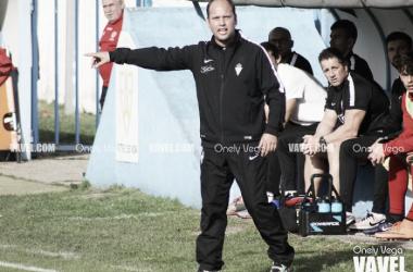 José Alberto López dando órdenes desde la banda en el partido contra el Marino | Foto: Onely Vega - VAVEL