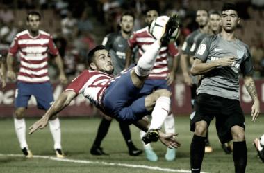 Joselu intenta un remate de chilena en Los Cármenes | Foto sin efecto: Pepe Villoslada / Granada CF.