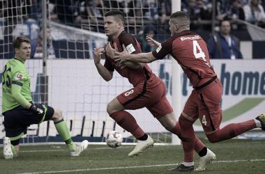 Jovic comemora o gol da vitória já nos acréscimos do segundo tempo (Foto: Divulgação/Eintracht Frankfurt)