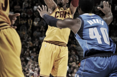 J.R Smith lanzando al cesto contrario. Fuente: gentileza de Dallas Mavericks
