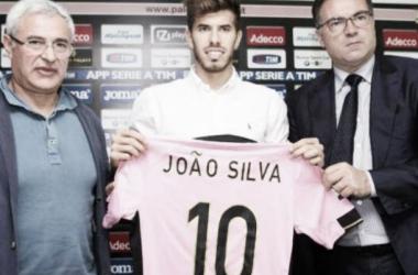 João Silva rescinde com Palermo e reforça Paços de Ferreira