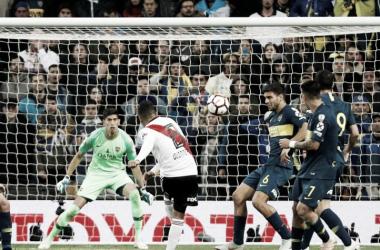 El zurdazo que quedará para la historia. Golazo de Juanfer en la finalísima en Madrid (Foto: Futbol Red).
