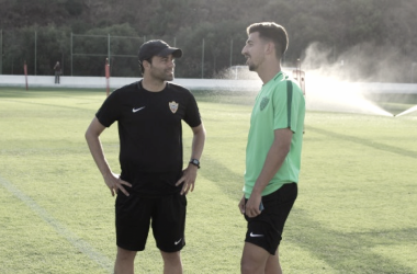Juan Carlos Real dialoga con Fran Fernández en su primer entrenamiento | Fuente: UD Almería