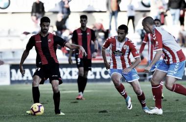 El centrocampista del Reus, Juan Domínguez, controlando un balón frente a su rival. / Foto: LaLiga