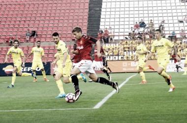 Juan Muñiz conduce el balón ante un jugador del Villarreal. | Fuente: Nàstic de Tarragona