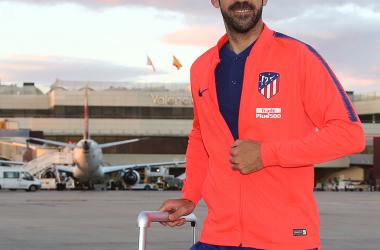 Juanfran, a la llegada del equipo a Valencia. El alicantino jugará su último partido con la elástica rojiblanca. Foto: Web oficial Atlético de Madrid.