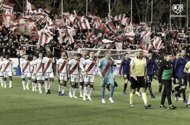 Jugadores saliedon al campo. Fotografía: Rayo Vallecano S.A.D
