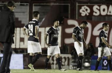 Los jugadores de Independiente decepcionados luego del empate ante Olimpo. / Foto: Clarín.