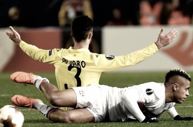 En la fotografía, Álvaro (Villarreal) y Mariano Díaz (Lyon) durante un lance del encuentro / Fuente: Villarreal