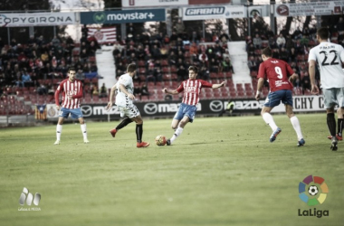 Pere Pons lucha un balón con un rival tarraconense.   Foto: LFP.es.