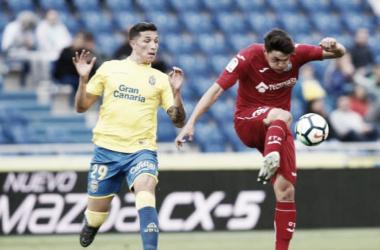 Miguel Ángel, uno de los debutantes, despeja el balón ante la presión de Erik. / Foto: La Liga