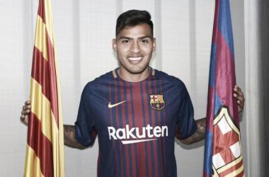 Nahuel Leiva posando con su nueva camiseta | Foto: FC Barcelona