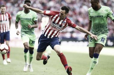 Kalinic, disputando un balon ante la oposición de Sidnei. | Foto: Atlético de Madrid