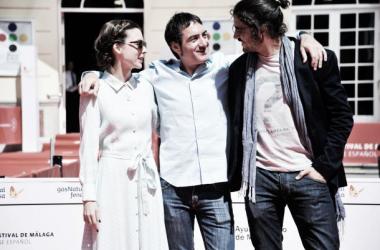 Leticia Dolera, Álex Pina y Álex García, esta mañana frente al Teatro Cervantes. (Foto (sin efecto): Ana Belén Fernández / Festivaldemalaga).