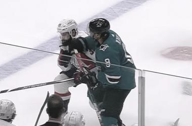 Momento en el que Kane golpea a Gudas - NHL