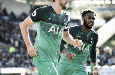 Kane comemora o segundo gol, ao lado de Danny Rose. (Reprodução/Tottenham)