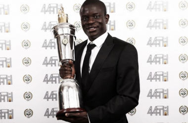 Kanté junto con el Premio a Mejor Jugador del Año | Foto: Twitter N'Golo Kante