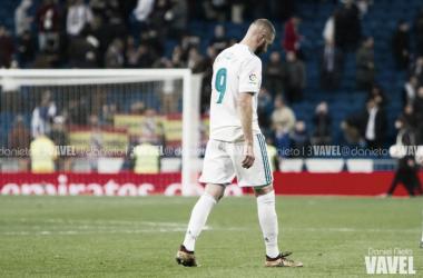 Benzema paseando por el césped del Bernabéu tras la eliminación de Copa I Foto: Daniel Nieto (VAVEL)