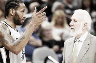 Kawhi Leonard y Gregg Popovich hablando durante un partido | Imagen: NBA