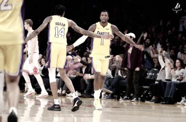 Los Lakers remontan a los jóvenes Bulls y se ubican en playoffs