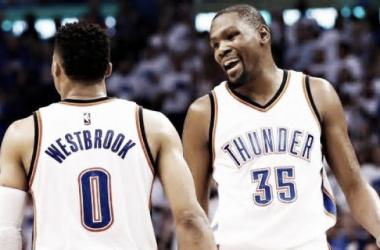 Durant y Westbrook festejando una nueva actuación brillante. / Foto: NBA.