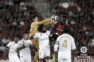Thibaut Courtois en un despeje en el partido frente al R.C.D Mallorca. Fuente: LaLiga Santander