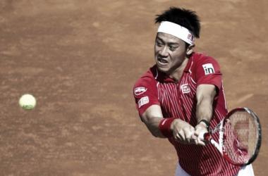 Nishikori reaches for a backhand (photo from www.tennisnow.com)