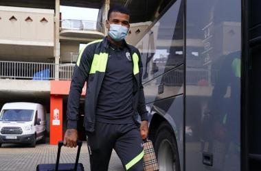 Kenedy antes de entrar al autobús | Foto: Pepe Villoslada / Granada CF